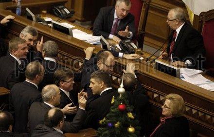 Оппозиционные депутаты собрались возле президиума ВР