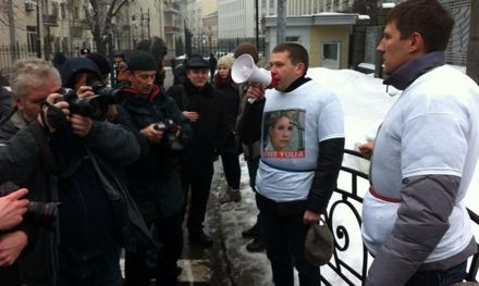 Двое протестующих продолжают стоять / Фото: Andriy Shevchenko из Twitter.com