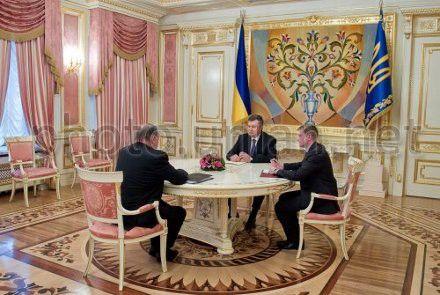 Виктор Янукович и вице-председатель банка «Ротшильд Европа» Клаус Мангольд во время встречи в Киеве 21 января 2013 г.