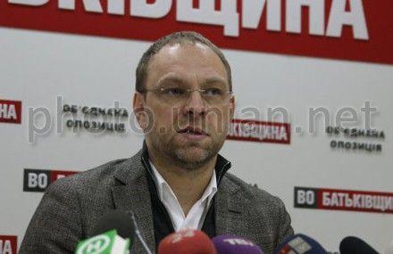 Власенко сомневается, что здоровье Тимошенко позволит ей присутствовать в суде
