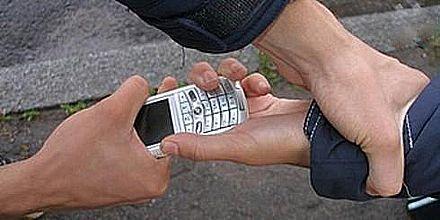 Рэкетир как плату за долги забрал у парня телефон