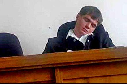 Судья заснул во время процесса / Кадр з відео youtube
