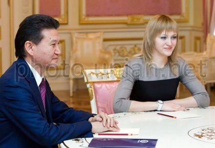 Президент Международной федерации шахмат (ФИДЕ) Кирсан Илюмжинов и чемпионка мира по шахматам среди женщин 2012 года Анна Ушенина во время встречи с Президентом Украины в Киеве, 30 января 2013 г.