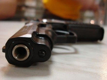 Во время пьянки хозяин показал гостю пневматический пистолет, который тот попросил