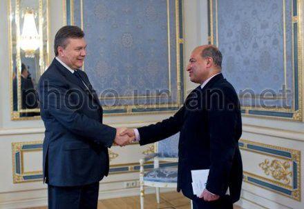 Президент Украины Виктор Янукович и президент Европейского банка реконструкции и развития Сума Чакрабарти во время встречи в Киеве, 5 февраля 2013 г.