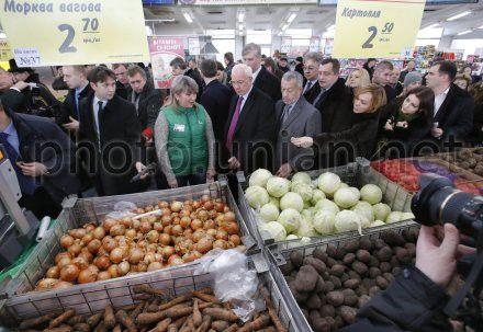 Азаров доволен ассортиментом розничной торговли