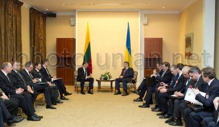 Президент Украины Виктор Янукович и премьер-министр Литовской Республики Альгирдас Буткявичюс во время встречи в Вильнюсе, 6 февраля 2013 г.
