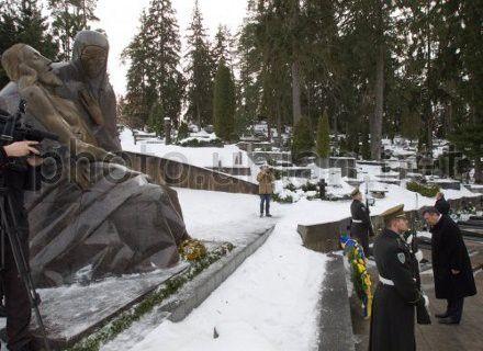 Президент Украины Виктор Янукович у Монумента погибшим за независимость Литвы (Антакальнисский мемориальный комплекс), 6 февраля 2013 г.