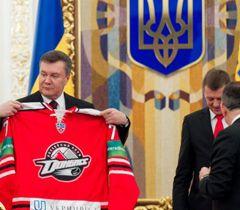 Виктор Янукович во время встречи с игроками, тренерами ХК «Донбасс». Киев, 7 февраля