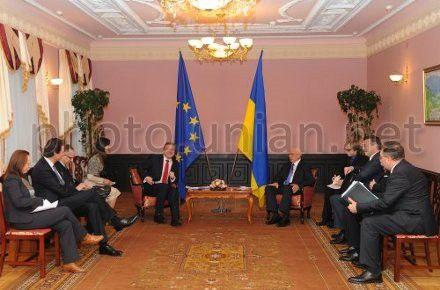 Премьер-министр Украины Николай Азаров и Еврокомиссар по политике расширения и соседства Штефан Фюле во время встречи в Киеве 7 февраля 2013 г.