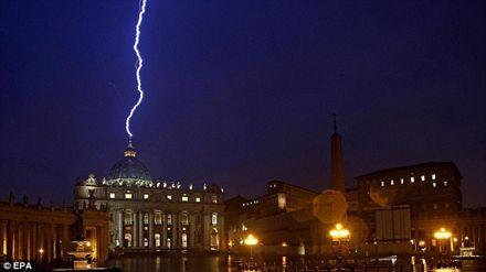 В купол собора Святого Петра во время грозы ударила молния / Фото: EPA