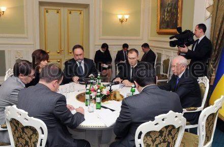Премьер-министр Украины Николай Азаров, министр финансов Юрий Колобов (второй справа) и руководитель миссии Европейского департамента МВФ Кристофер Джарвис (слева) во время встречи в Киеве, 7 февраля 2013 г.