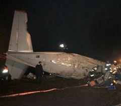 """Співробітники МЧС працюють на місці аварії літака на території міжнародного аеропорту """"Донецьк"""". 13 лютого"""