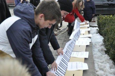 Молодь провела флеш-моб проти «піаністів-кнопкодавів» / Фото : molbuk.ua