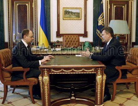 """Виктор Янукович и лидер """"Фронта перемен"""" Арсений Яценюк во время встречи 9 марта 2010 г."""