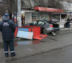 У Дніпропетровську автомобіль BMW врізався у зупинку