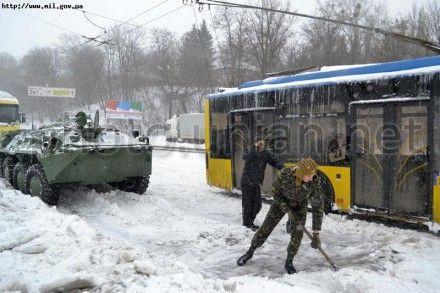 Столицу и Киевщину от снежных заносов освобождают более полторы тысячи солдат и 13 БТРов - минобороны
