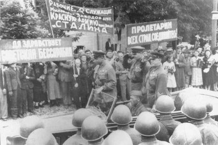 Жуков на параде в Кишиневе / Фото : fotki.yandex.ru/users/viktor3951