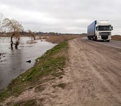 Фура едет по автодороге Одесса-Рени, к которой вплотную подошла вода из реки Днестр