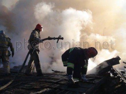 На Киевщине тушили пожар на картонно-бумажном комбинате