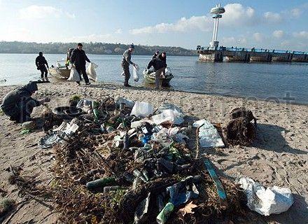 Неизвестные самовольно заняли и засорили отходами земельный участок на побережье