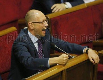 Яценюк требует от правительства отчета о курсе гривны на следующий год