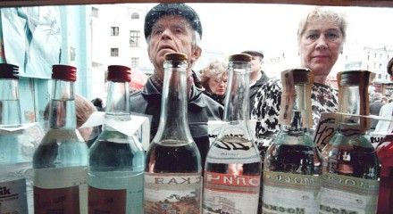 Эксперты считают, что запретив рекламу водки и пива, проблему не решить / Фото: newsline25.ru