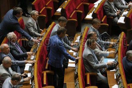 Народные депутаты голосуют во время заседания Верховной Рады