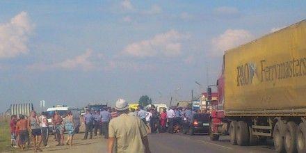 Демонстранты пытаются перекрыть трассу / Фото: Твиттер @sputnikipogrom