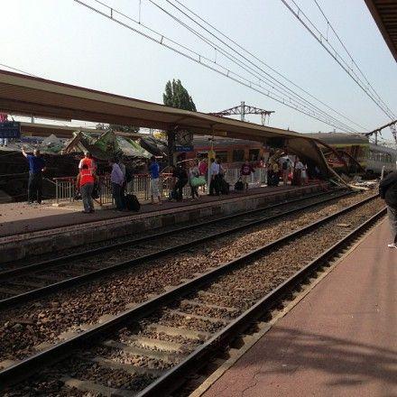 У франції потяг зійшов з рейок, є