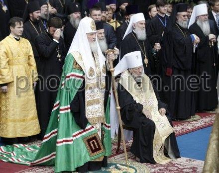 Особо отметили дружеские объятия лидеров церквей Владимира (Сабодана) и Филарета (Денисенко)