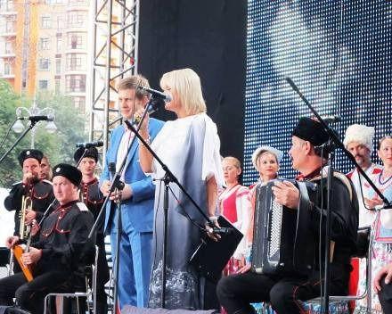 Ведущие концерта - Борис Корчевников и Светлана Леонтьева