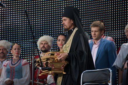 Архимандрит Исаакий (Андроник) держит раку с мощами Крестителя Руси.