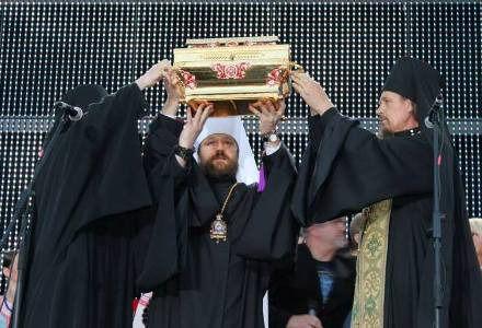 Духовенство благословило людей святыми мощами князя Владимира