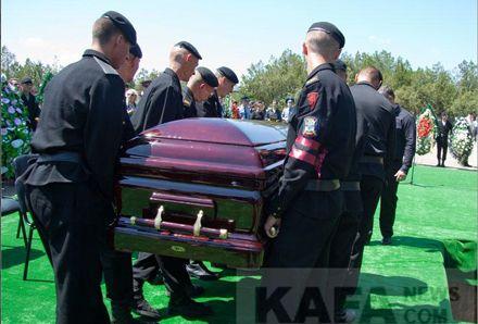 Мэра провели прощальным салютом / Фото: kafanews.com/