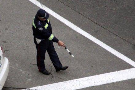 Нетрезвая пассажирка джипа ножом пробила колесо на патрульном автомобиле ГАИ / Фото: kievskaya.com.ua