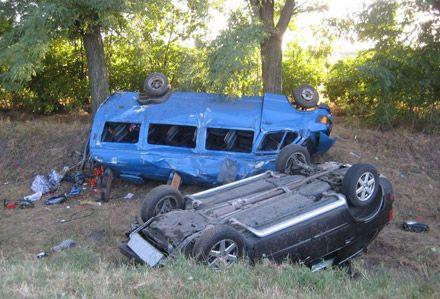 Обе машины съехали в кювет и перевернулись / Фото: ДАИ