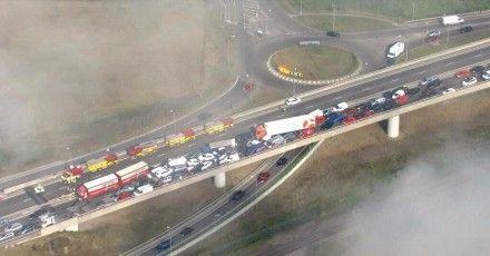 Массовая авария в Англии / фото: Твиттер @ RossJames92