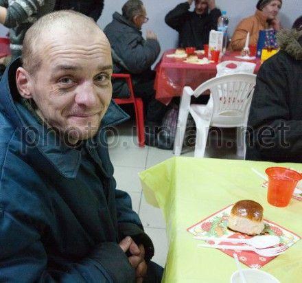 Бездомный человек во время 30-го Рождественского обеда для бедных и бездомных, в Киеве, в понедельник, 7 январю 2013