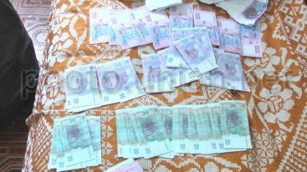 20, 50 и 200-гривневые фальшивые купюры, которые нашли во время проведения обыска жилья одного из участников преступной группы, которая занималась изготовлением и сбытом поддельных денежных купюр, в Крыму