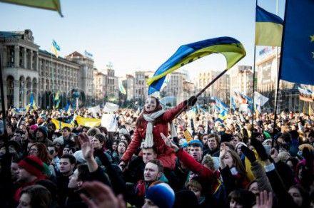 На Майдане Незалежности студентам выдают