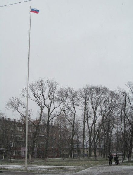 Российский флаг на главном флагштоке