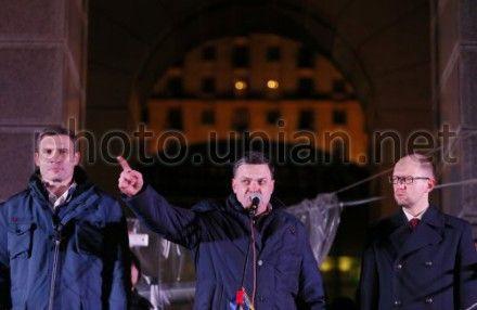 Власть рассматривает два сценария дальнейшего развития событий на киевском Майдане - Тягнибок