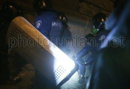 Сотрудники милиции избивают фотографа УНИАН Евгения Малолетку