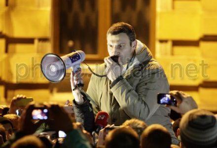 Кличко готов защитить Азарова от народного гнева