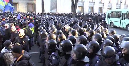 Митингующие и Беркут под Радой / Кадр : Радио Свобода