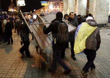 Активисты ограждают колючей проволокой установленные ранее баррикады