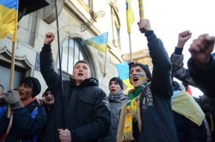 Митингующие скандируют: