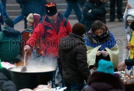 Евромайдан, козак готовит еду