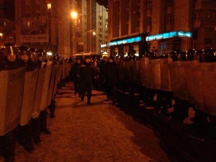 До барикад на розі з Трьохсвятительською привели судового виконавця, вона зачитала рішення суду,фото Mykhailyna Skoryk